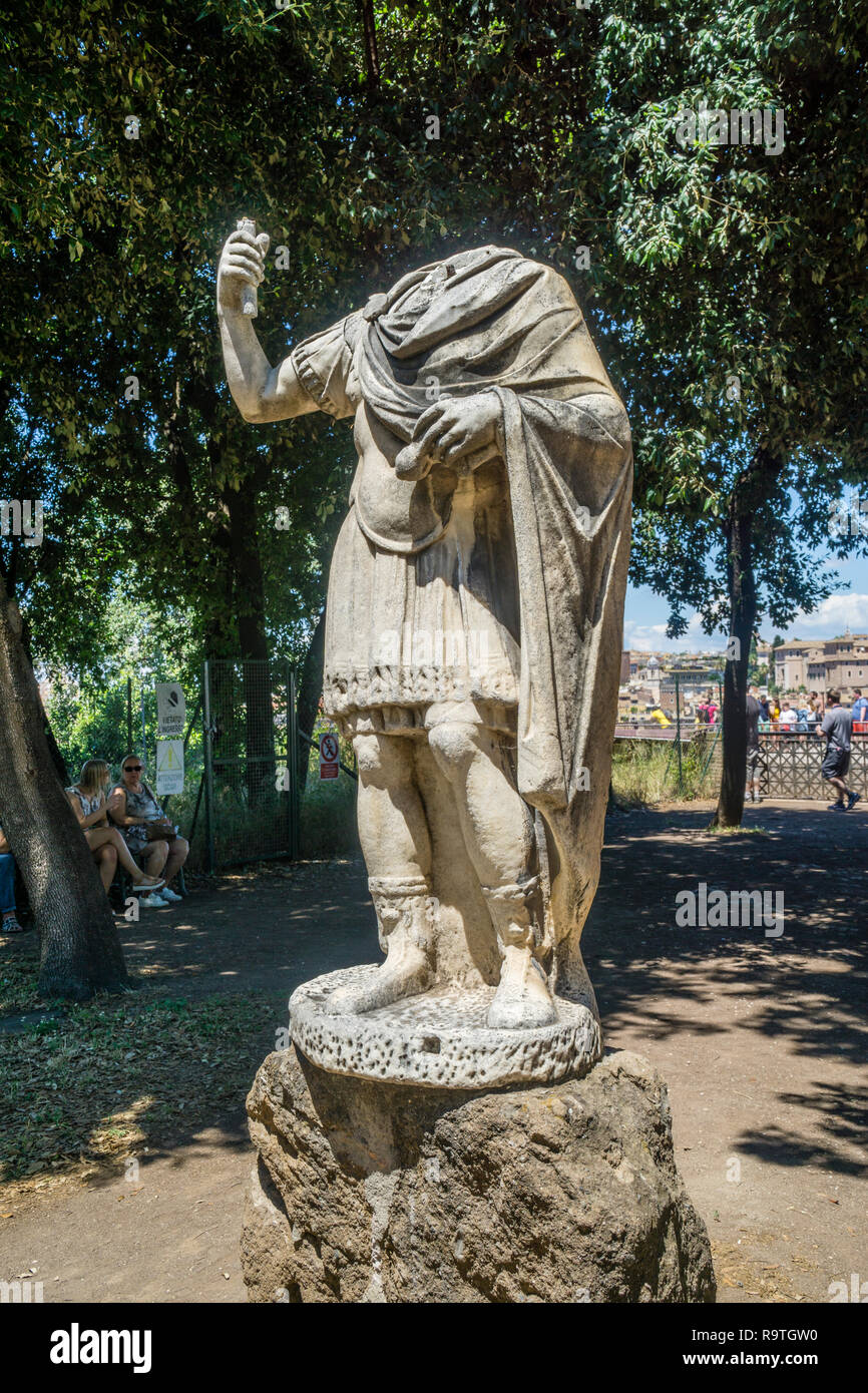 Statue romaine sans tête à l'Jardins Farnèse sur le Palatin, ancienne ville de Rome, Rome, Italie Photo Stock