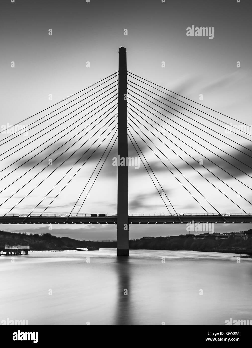 Un noir et blanc fine art longue exposition de la nouvelle flèche du nord du pont enjambant la rivière Wear à Sunderland. Banque D'Images