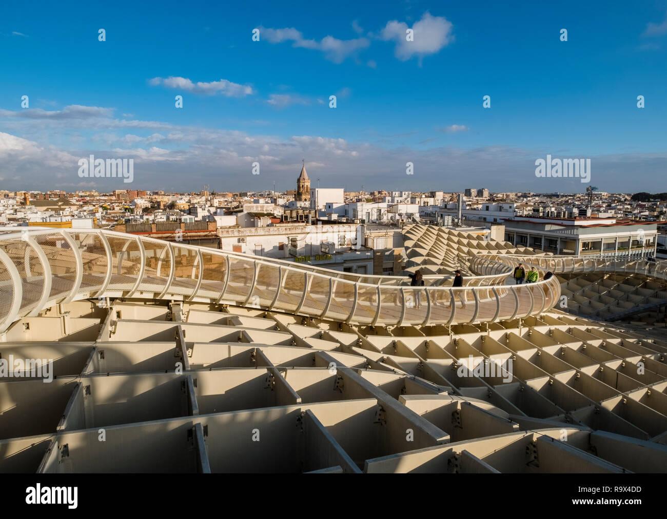 Le Metropol Parasol dans le vieux quartier historique de Séville, en Espagne, est une grande structure en forme de champignon en bois populaires auprès des touristes à la ville. Banque D'Images