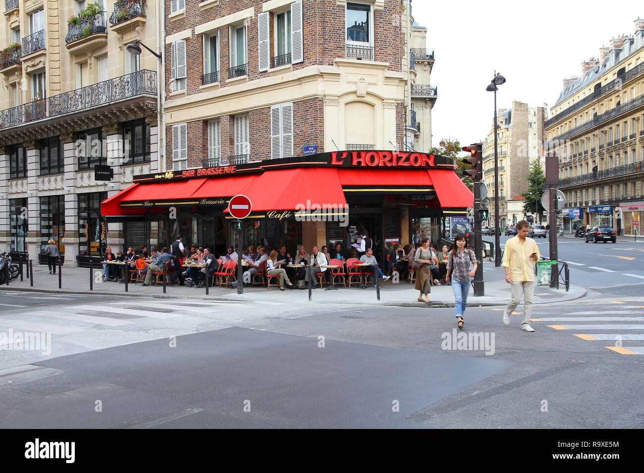 PARIS - le 24 juillet: les touristes manger au restaurant L'Horizon le 24 juillet 2011 à Paris, France. Paris est la ville la plus visitée au monde avec 15,6 millions de dollars Photo Stock