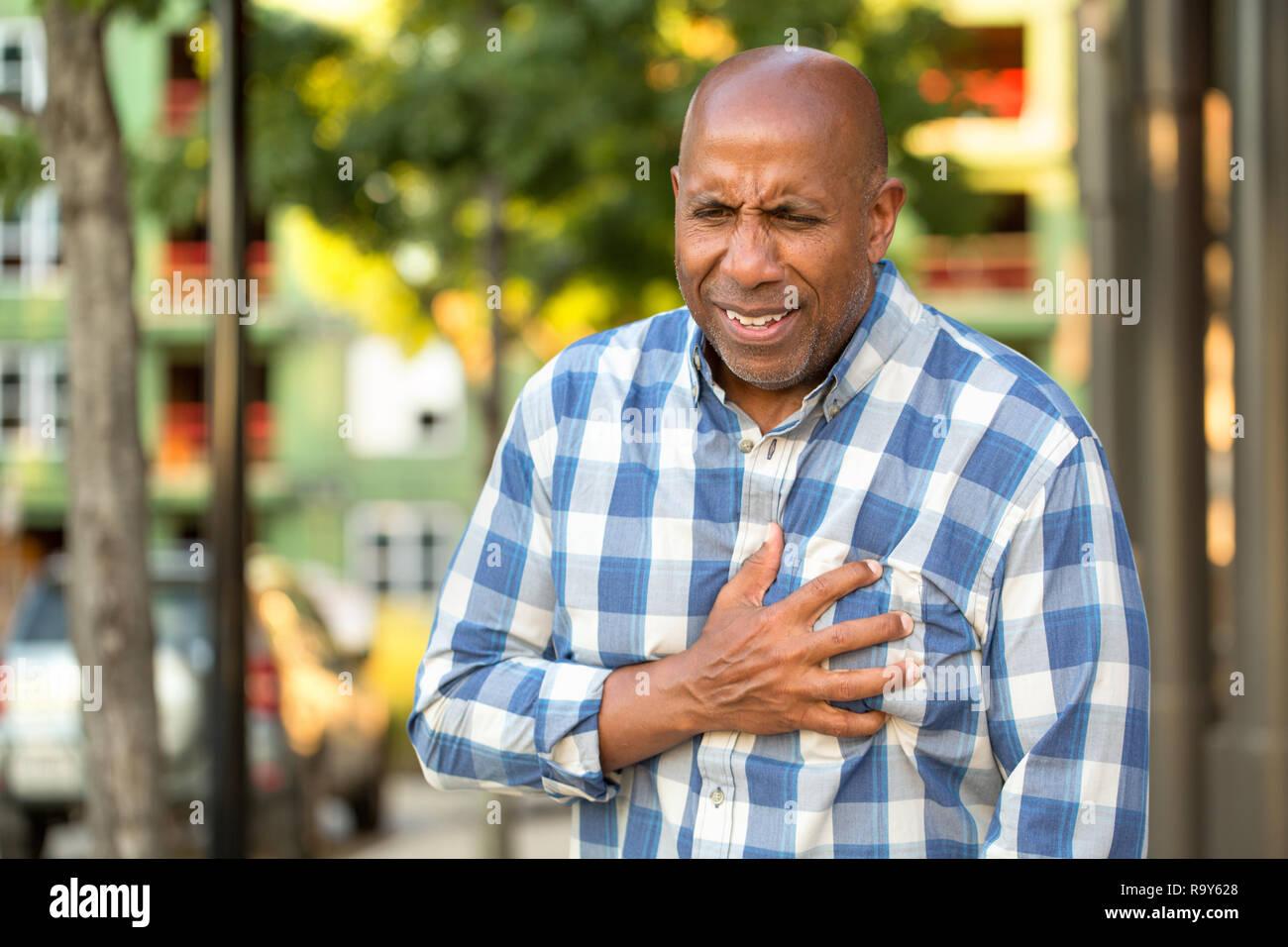 African American man holding ayant des douleurs dans la poitrine. Banque D'Images