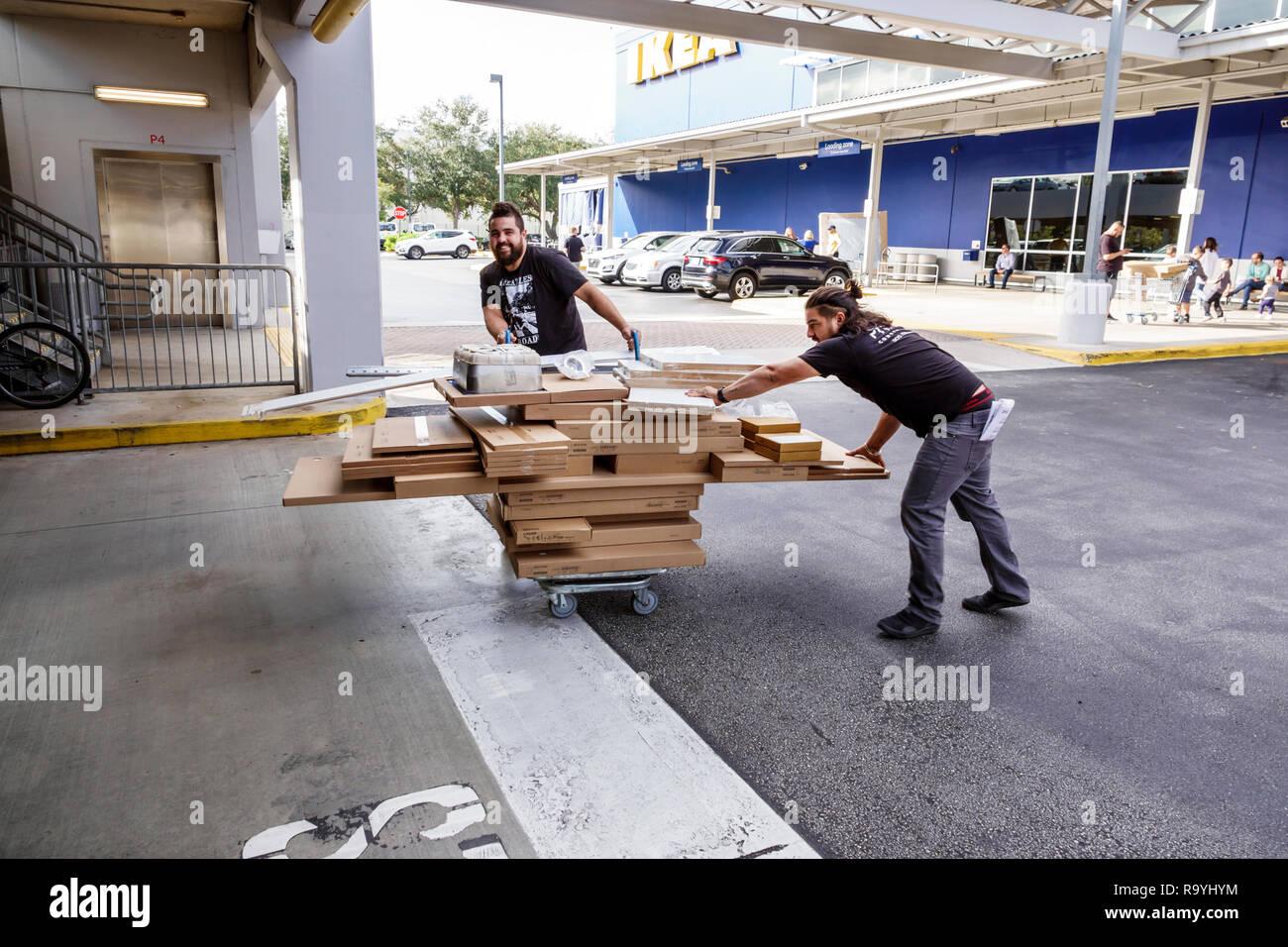 Fort Ft. Lauderdale Sunrise en Floride Les meubles IKEA meubles accessoires à l'intérieur de l'homme achat panier d'achats Photo Stock
