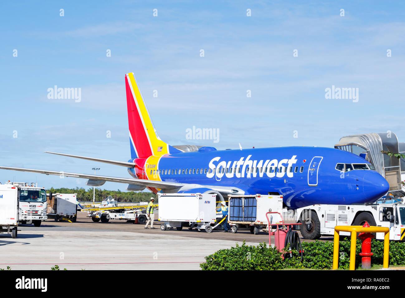 Punta Cana, République dominicaine - 24 décembre 2018: un jet de passagers sud-ouest à l'Aéroport International de Punta Cana sur le tarmac en attente de cargo Photo Stock