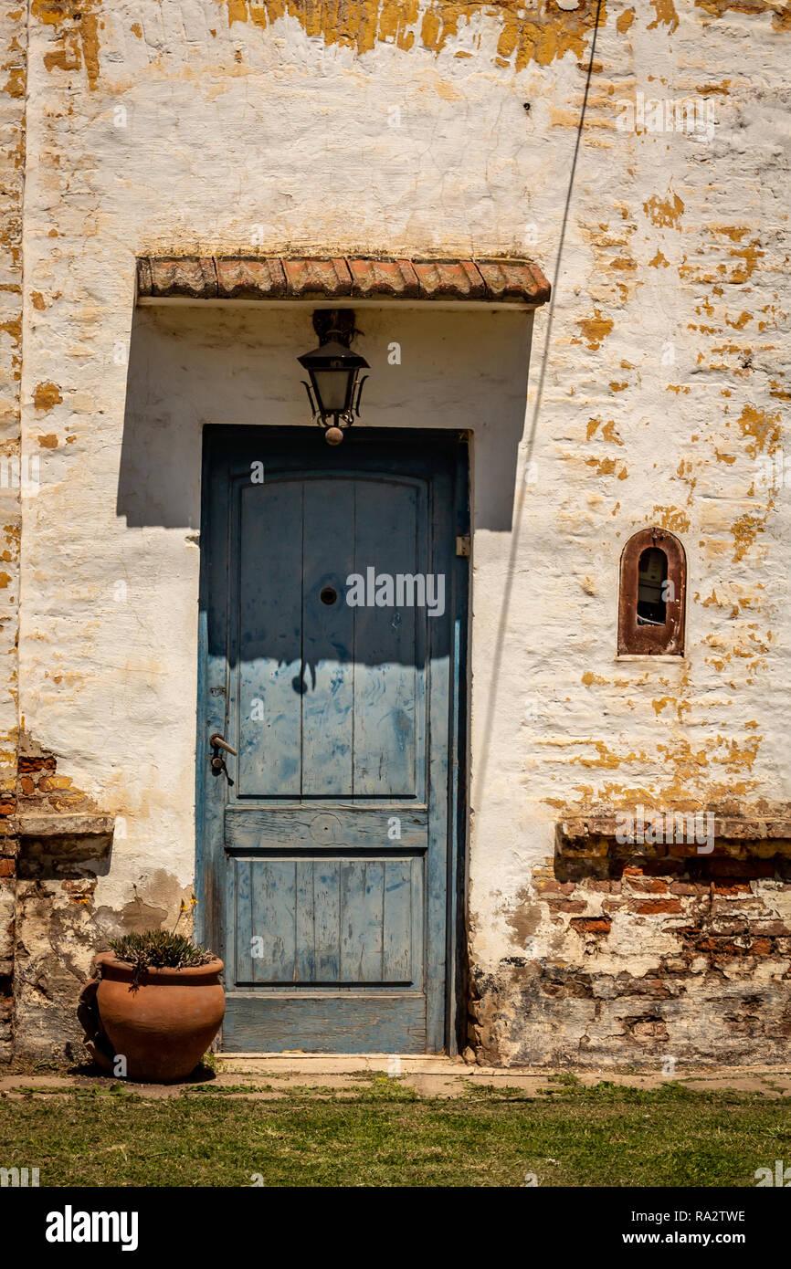Vieille Porte En Bois Ancienne vieille porte bleue. entrée d'une maison ancienne. porte en