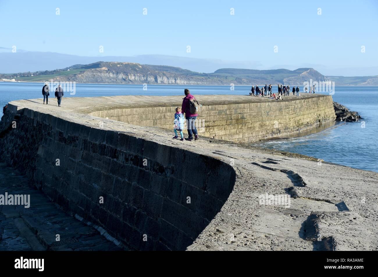 Lyme Regis, dans le Dorset. 1er janvier 2019. Météo France: Les gens aiment le chaud et ensoleillé à Lyme Regis, dans le Dorset Crédit: Finnbarr Webster/Alamy Live News Banque D'Images