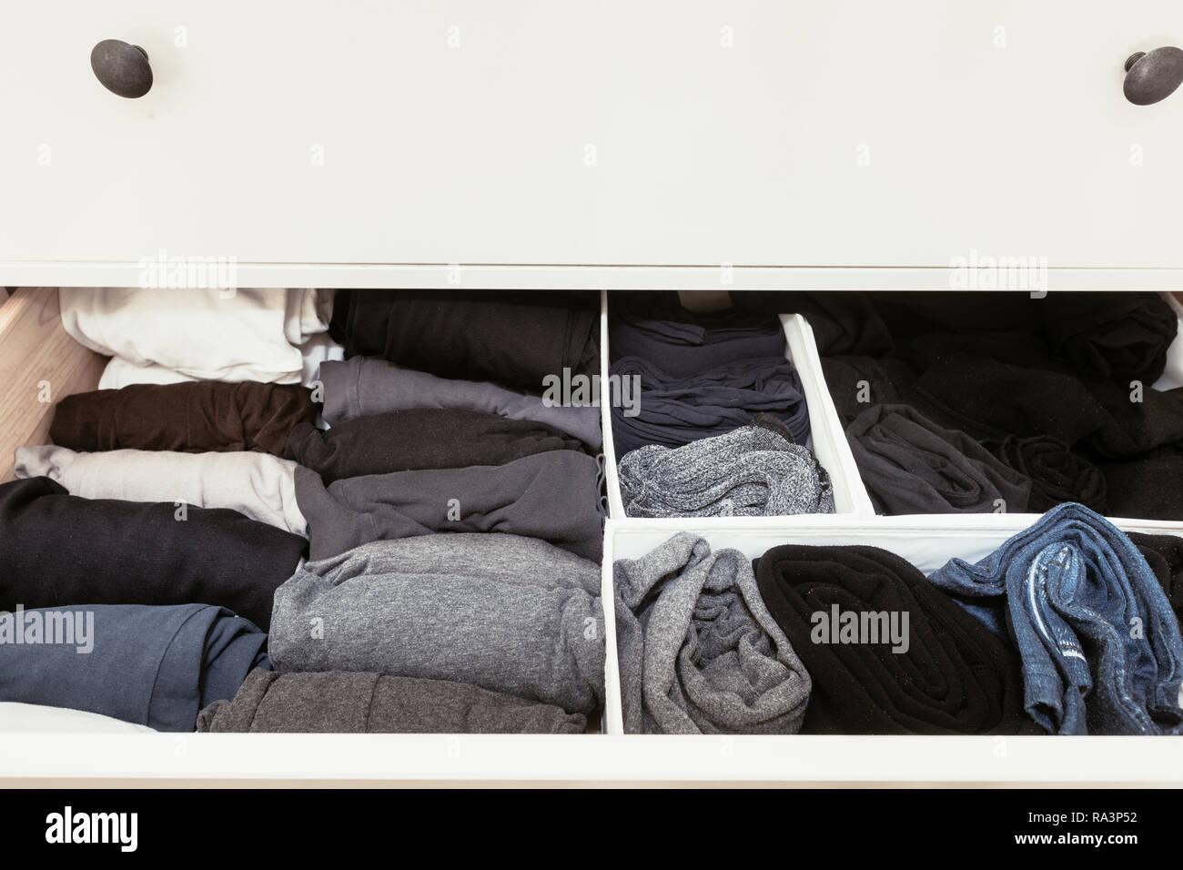 Vêtements organisée dans un tiroir Photo Stock