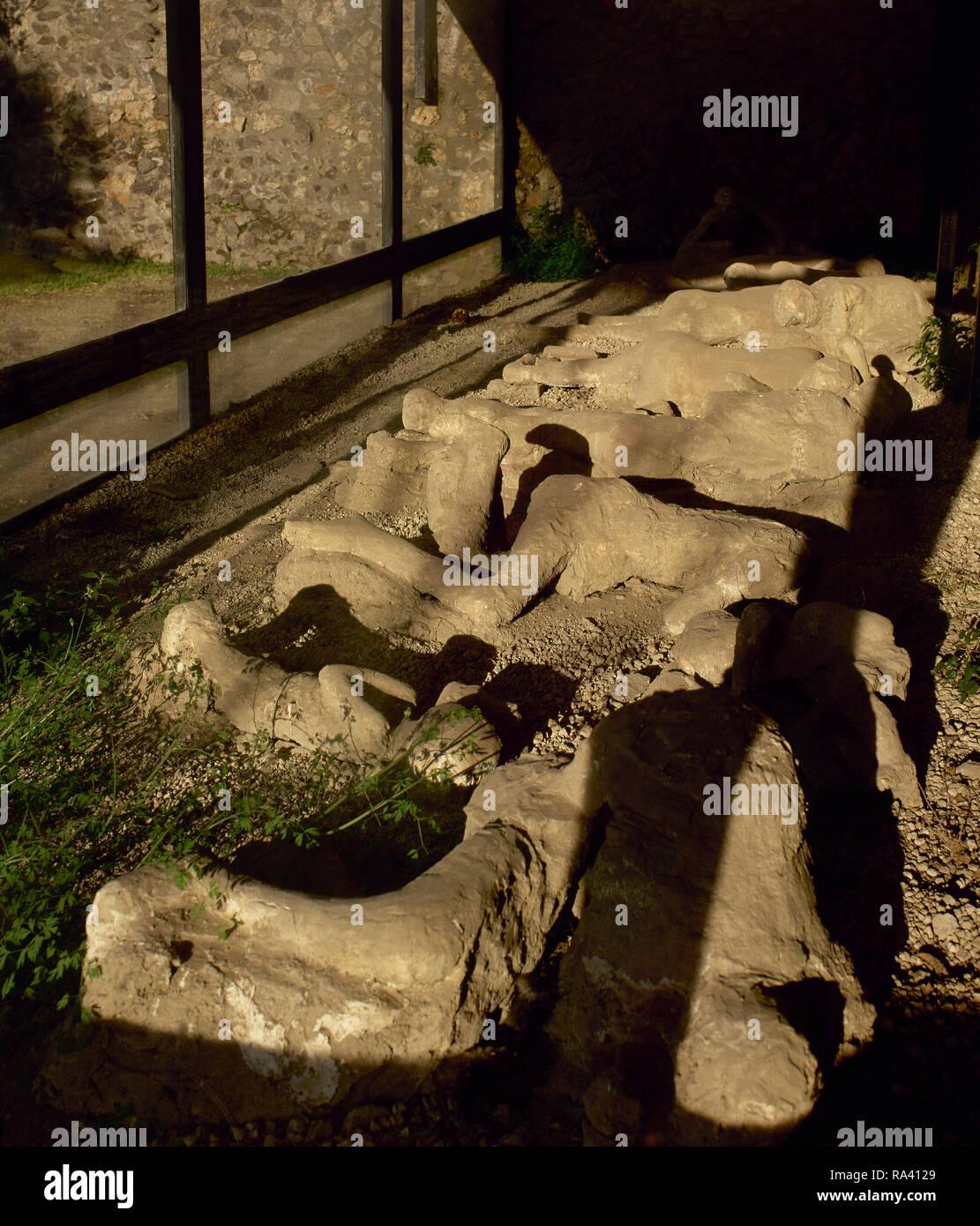 L'Italie. Pompéi. Moulages en plâtre d'organes de la victime dans le jardin des fugitifs. Les corps de 13 personnes qui ont été enterrés par les cendres, alors qu'ils tentent de fuir Pompéi au cours de l'AD 79 éruption du volcan Vésuve. La Campanie. Photo Stock
