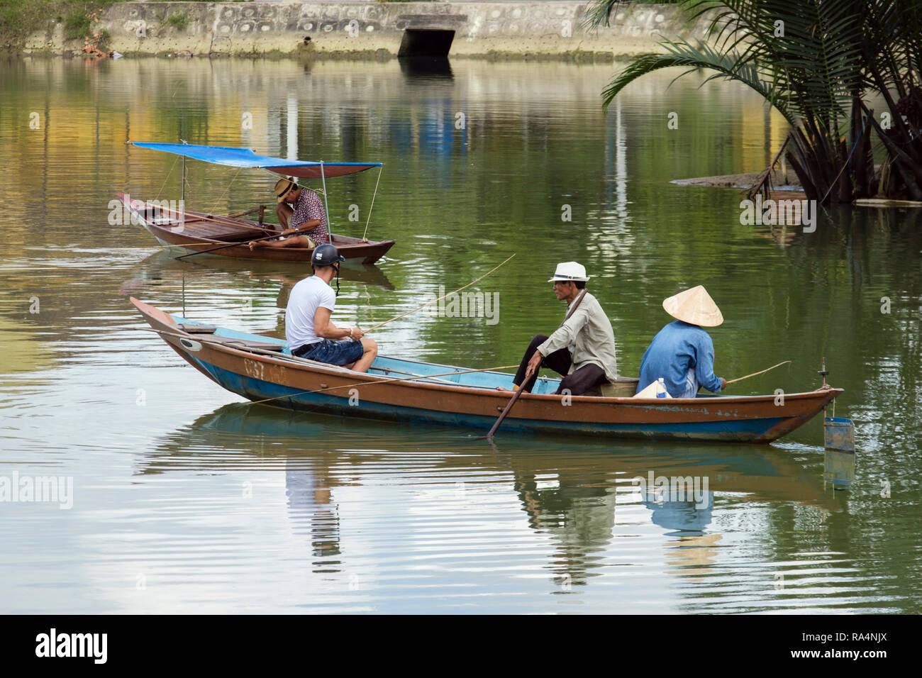 Scène de la vie quotidienne des hommes de la pêche dans les petits bateau traditionnel sur la rivière Thu Bon. Hoi An, Quang Nam Province, Vietnam, Asie Photo Stock