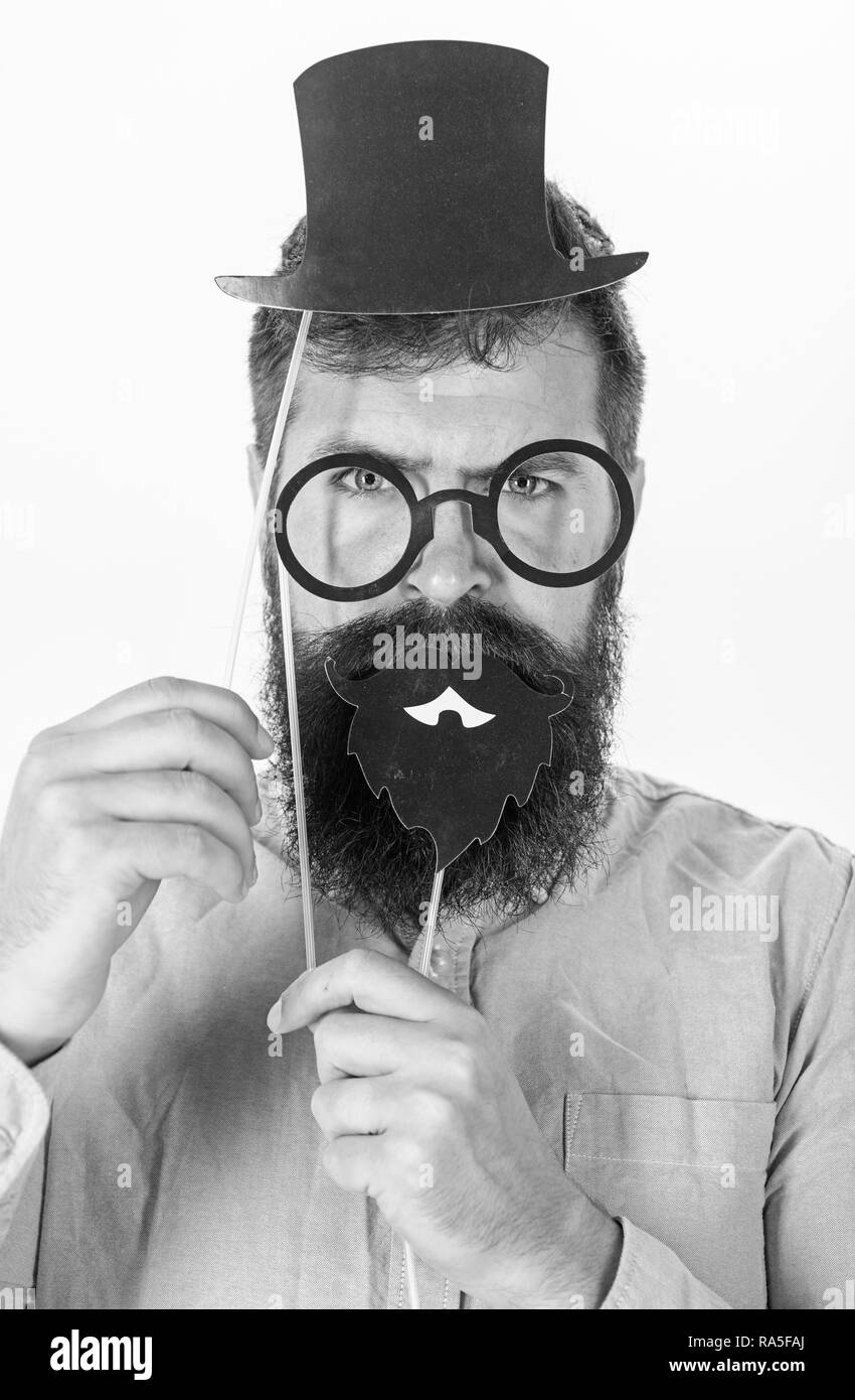 Homme barbu représentant monsieur avec grand chapeau, lunettes rondes et  barbe noire faite de papier. 6d0ae5057f98