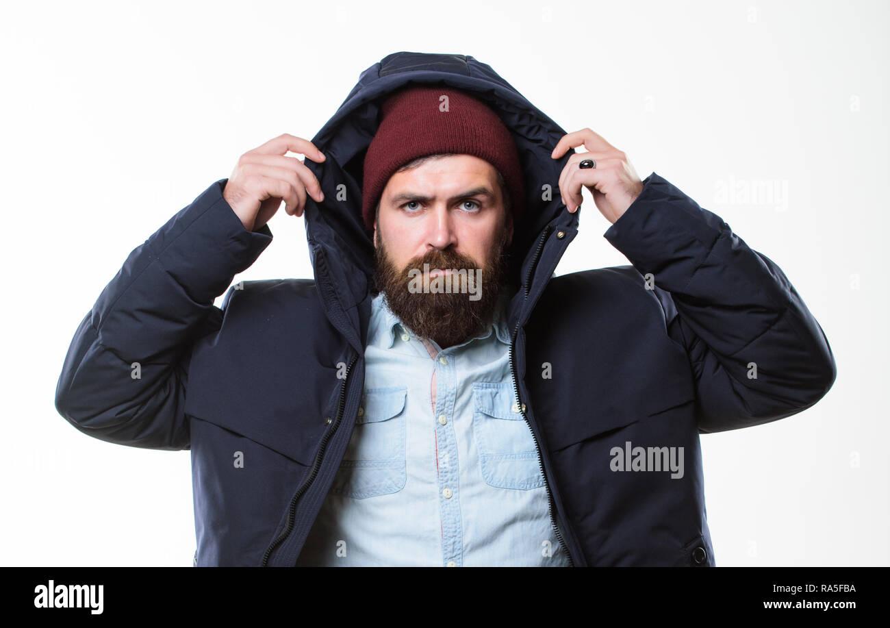 872e05a8c7 Élégantes et confortables. Vêtements de style hippie. Costume hippie.  Hipster barbu homme chaud en veste noire parka isolé sur blanc. Hipster  mode moderne.