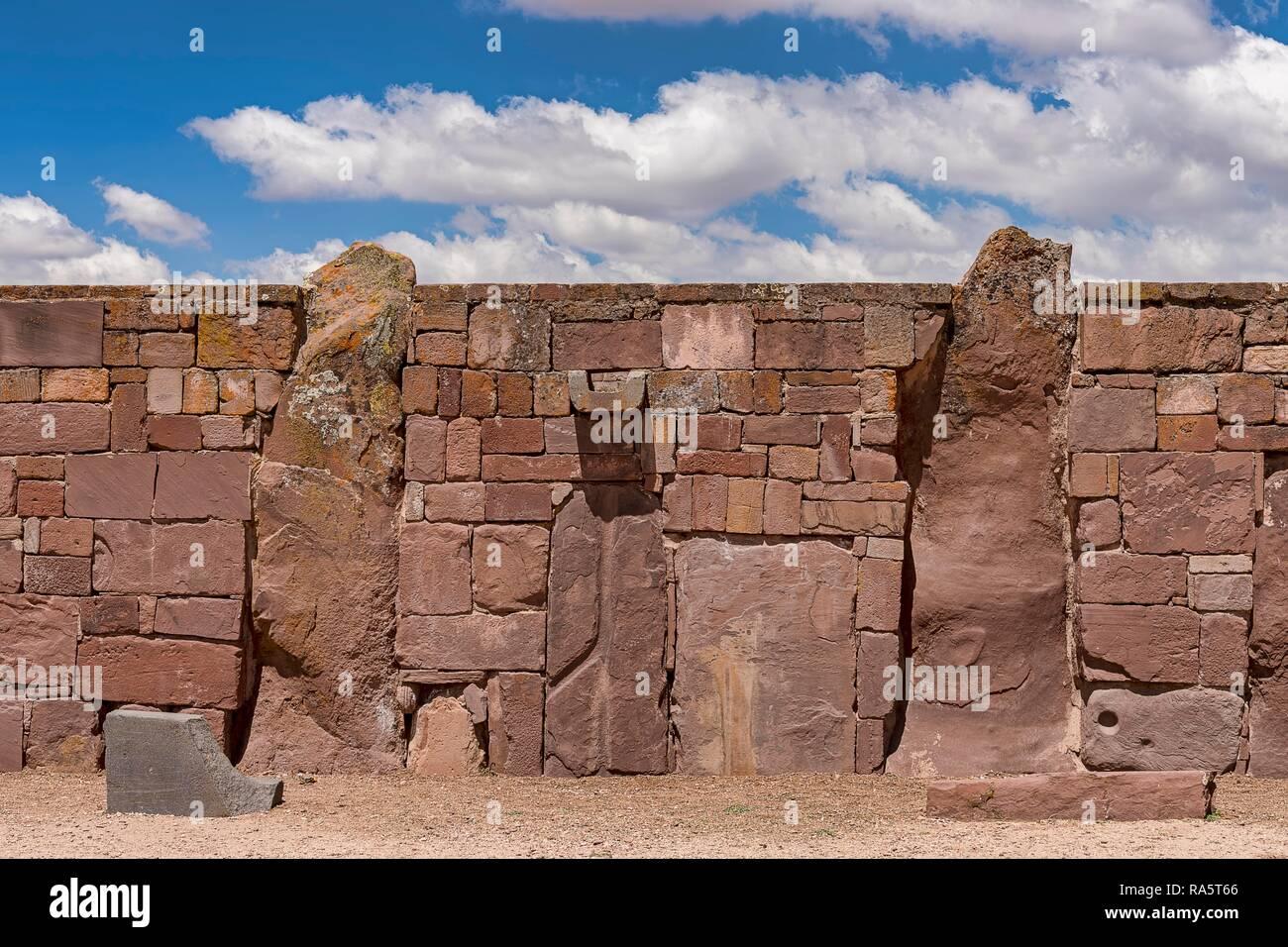 Le mur extérieur du temple Kalasasaya (lieu de les menhirs) avec de la pré-monolithes période inca, Tihuanaku, Tiawanacu Banque D'Images