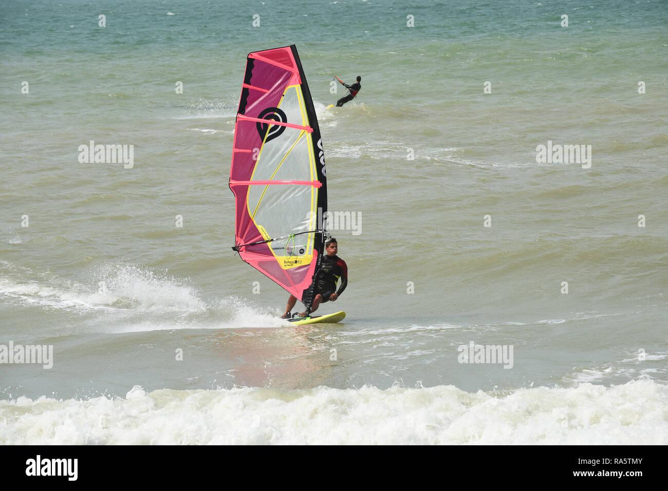 La planche à voile à Wissant dans le nord de la France Photo Stock