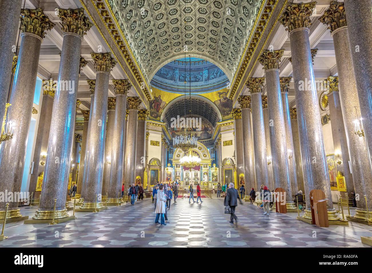 Saint Petersburg, Russie - 8 juin 2018 - grand groupe de personnes faisant la queue à l'intérieur d'une église orthodoxe à Saint-Pétersbourg en Russie Banque D'Images