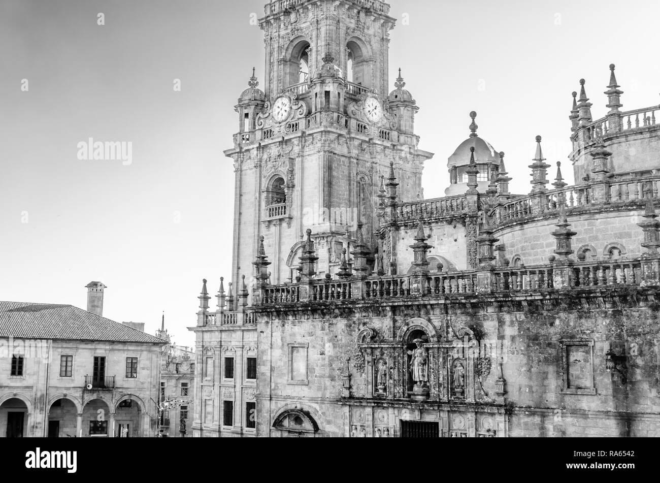 L'architecture religieuse, cathédrale de Saint Jacques de Compostelle, lieu de pèlerinage en Espagne, l'image en noir et blanc Banque D'Images