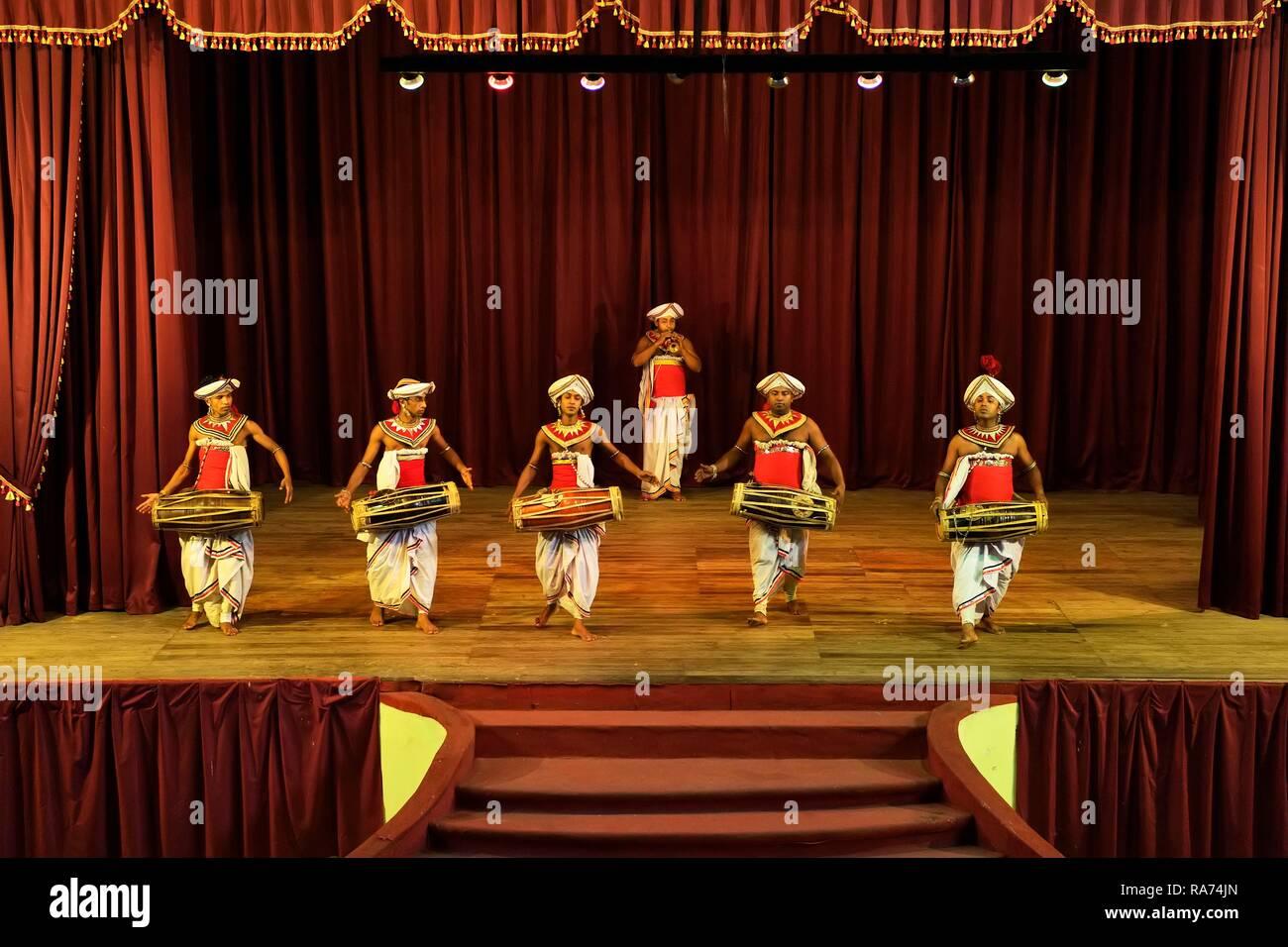 Le batteur à une performance de danseurs de Kandy, Kandy, Sri Lanka, Province centrale Photo Stock