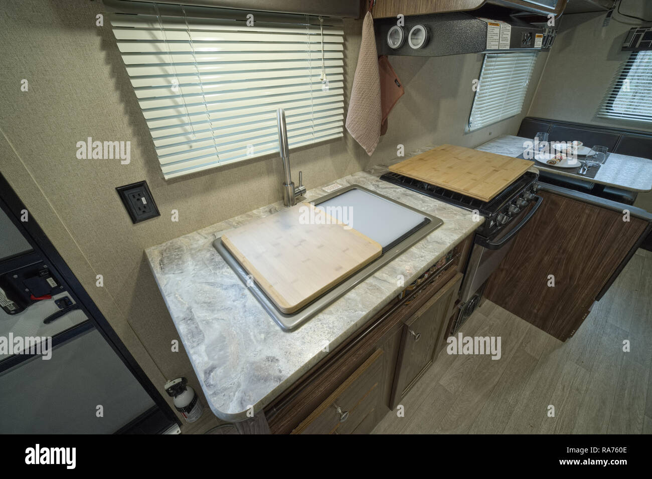 À l'intérieur de RV, roulottes. Les puits avec couvercles. Coin cuisine à l'intérieur de RV Photo Stock
