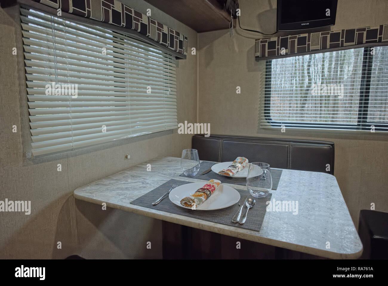 À l'intérieur set table RV roulottes de voyage. Table à manger en camping-RV Photo Stock