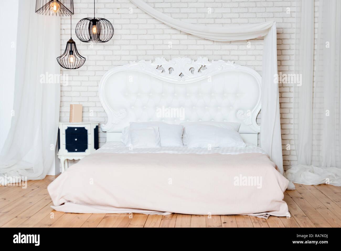 Lit King Size Au Loft. Style Loft Avec Chambre à Coucher Design Blanc