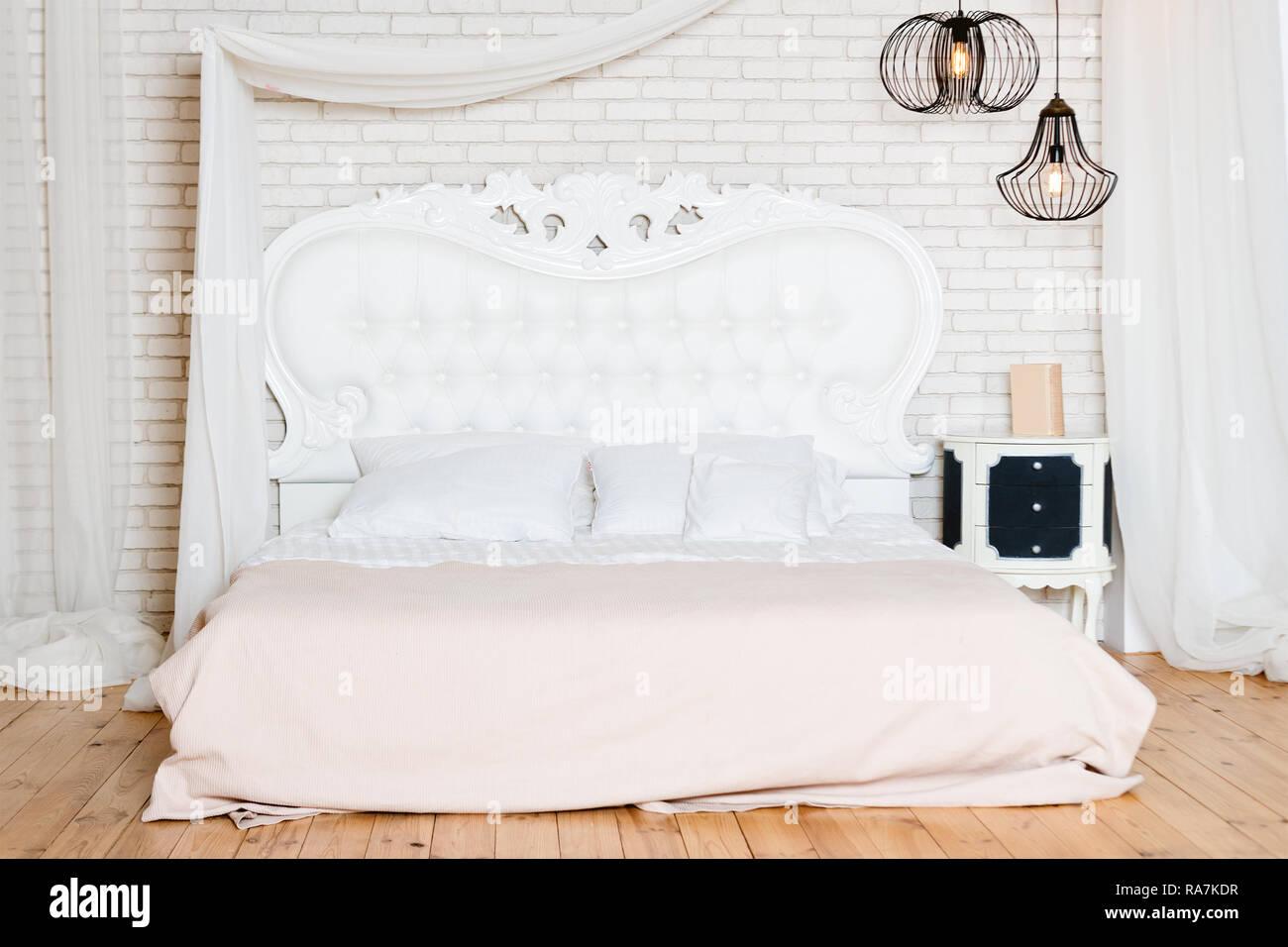 Lit King size au loft. Style loft avec chambre à coucher design ...