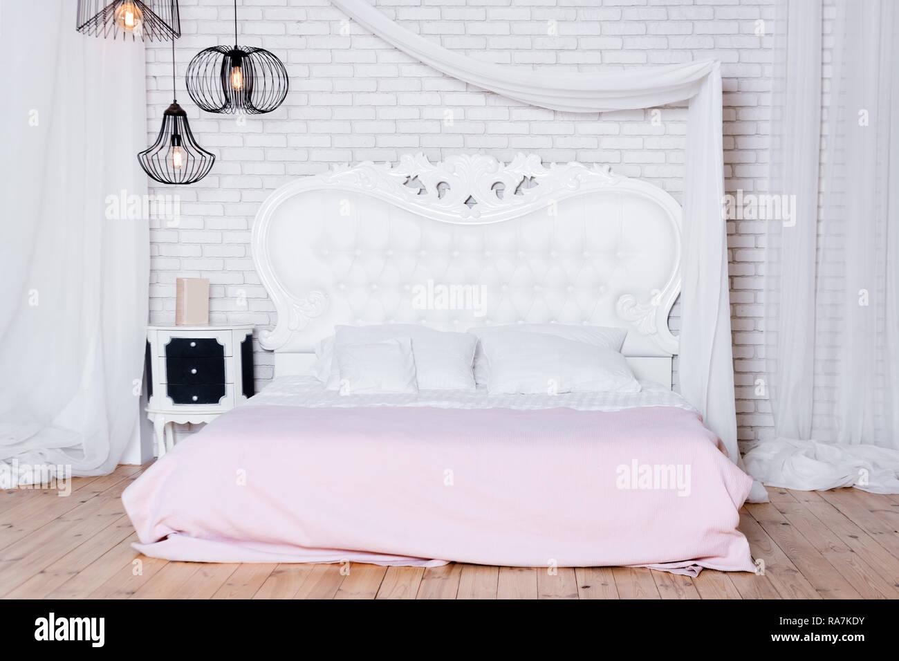 Bon Lit King Size Au Loft. Style Loft Avec Chambre à Coucher Design Blanc