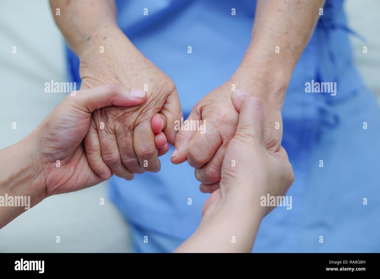 Holding touchant les personnes âgées ou vieille femme malade d'amour, de soins, d'aider, d'encourager et de l'empathie à l'hôpital de soins infirmiers. Photo Stock