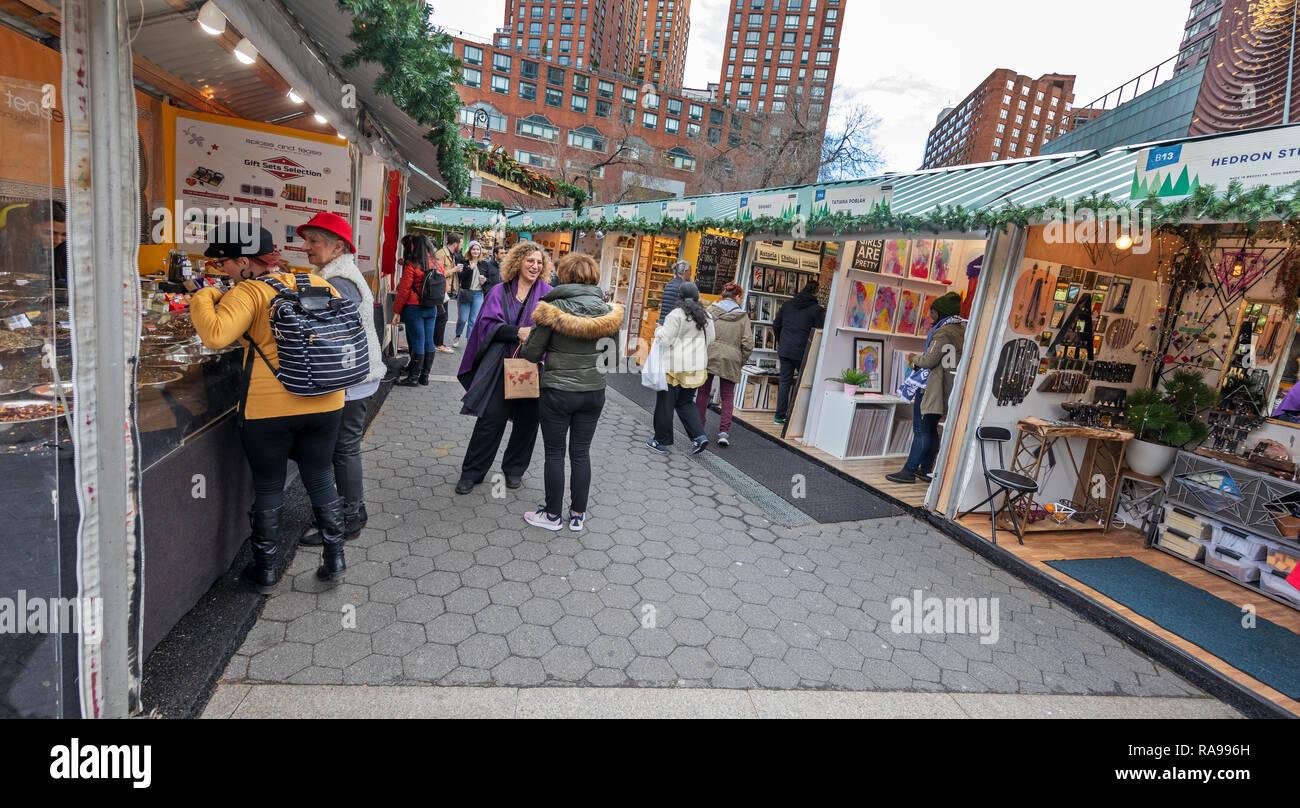 Consommateurs et aux touristes d'explorer le marché de Union Square à Union Square, New York City. Photo Stock