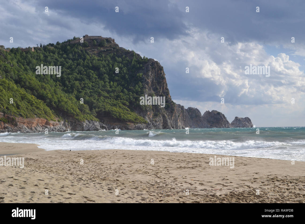 Magnifique baie de plage de Cléopâtre à Alanya Turquie , jour de vent, de grosses vagues sur la mer Banque D'Images
