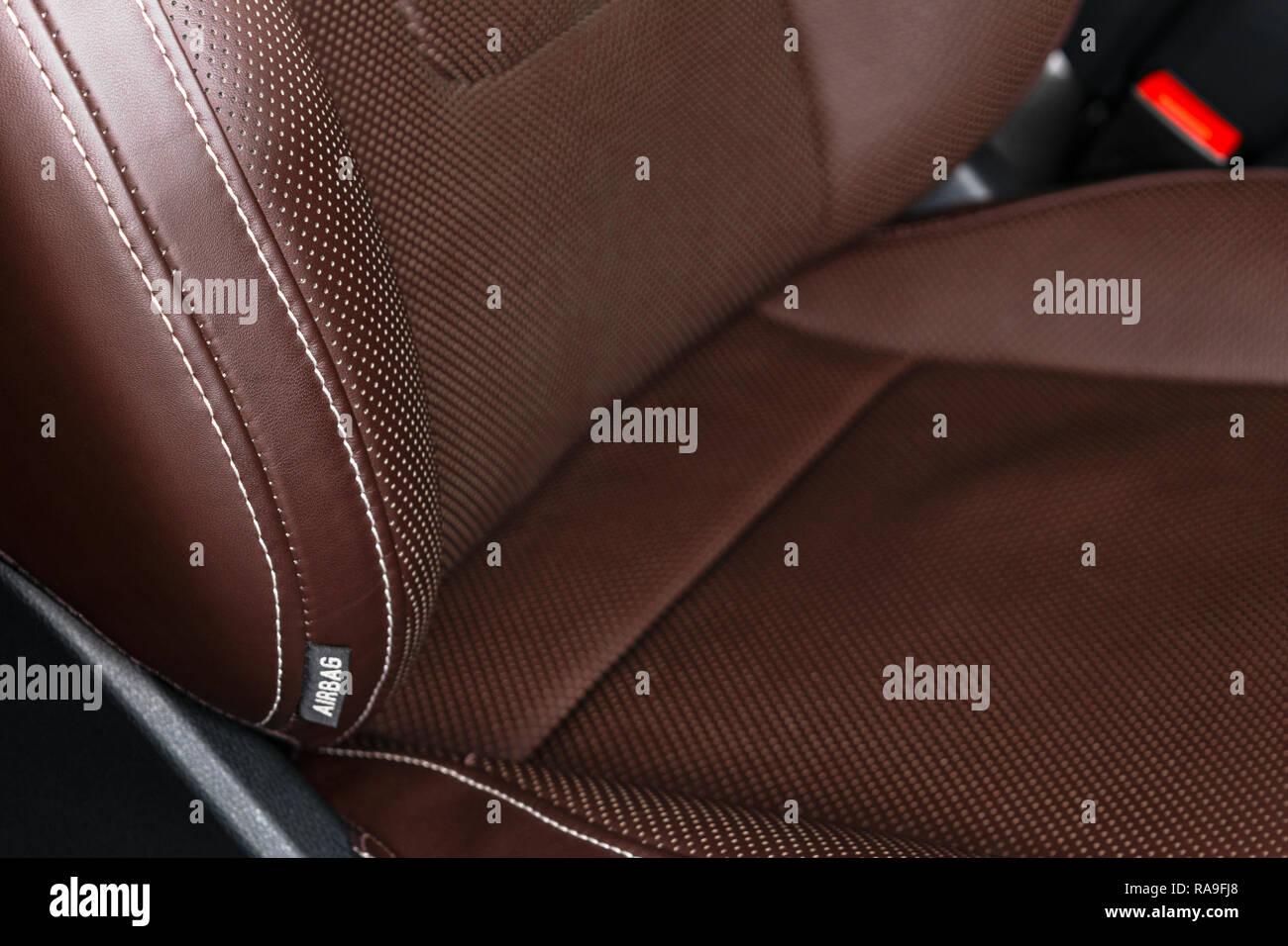 Voiture de luxe moderne intérieur en cuir marron. Partie de siège de ...