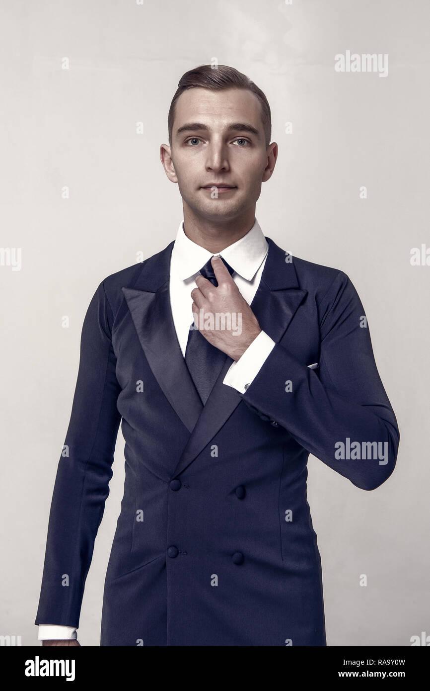 Beau jeune homme d affaires ou représentant de gars avec des cheveux à la  mode en noir veste de costume formel 944aaadbcef