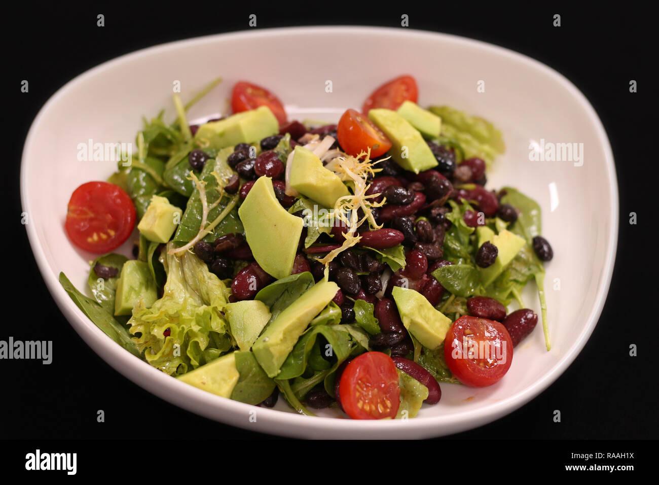 Vegan salade verte à l'avocat et haricots Banque D'Images
