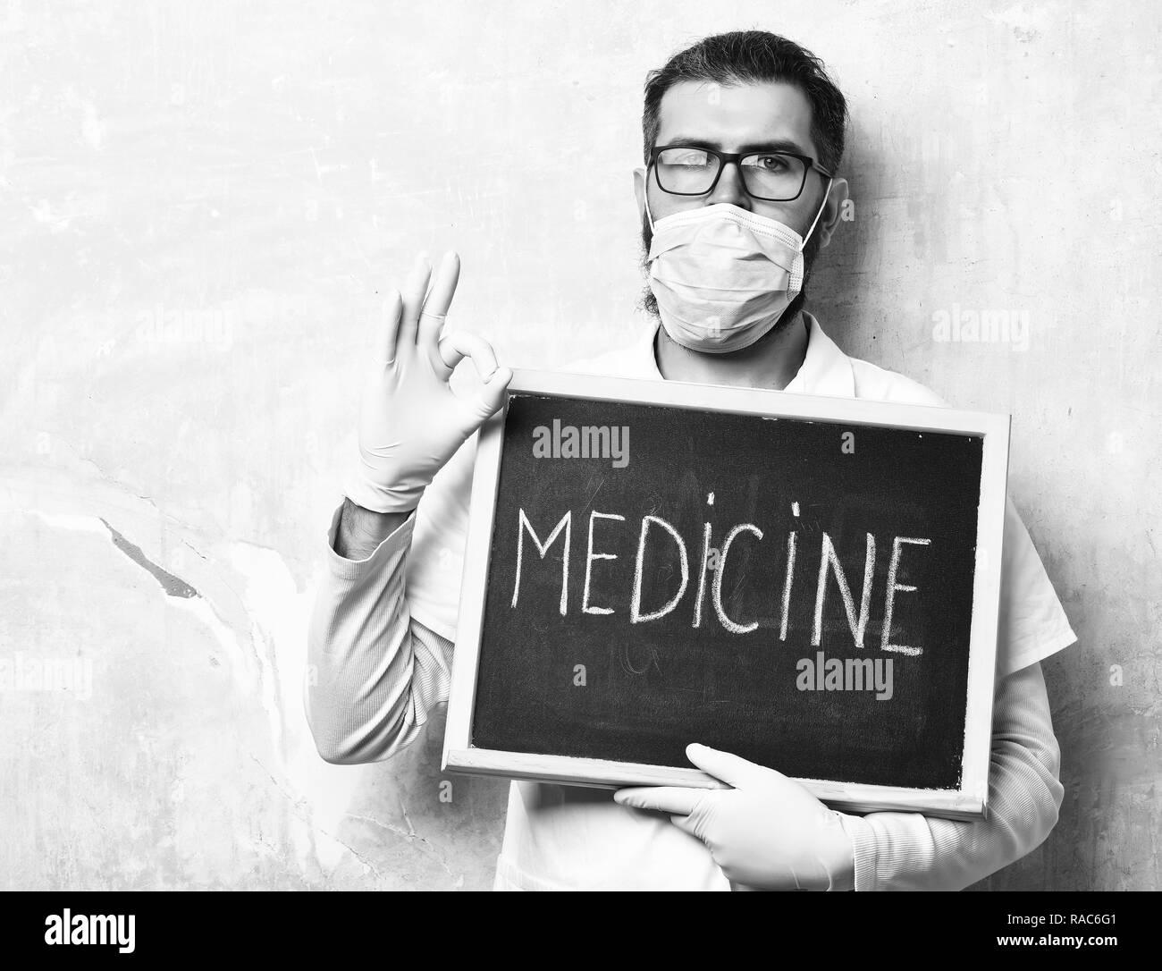 f97303c00c660 Homme barbu, longue barbe. Portrait brutal ou hipster non rasé, étudiant en  médecine
