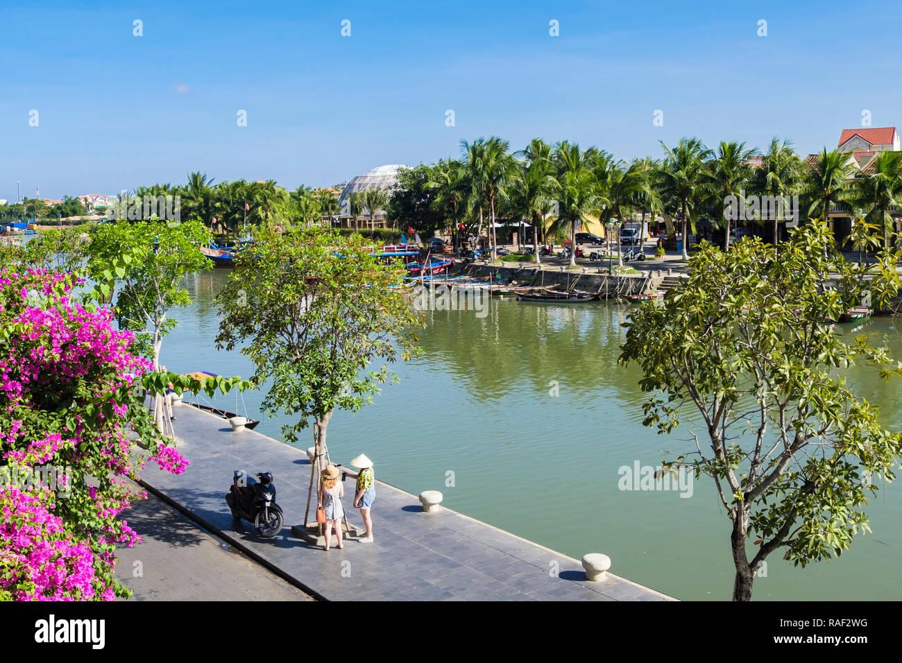 Regardant vers le bas sur la rivière Thu Bon dans le vieux quartier de la ville historique. Hoi An, Quang Nam Province, Vietnam, Asie Photo Stock
