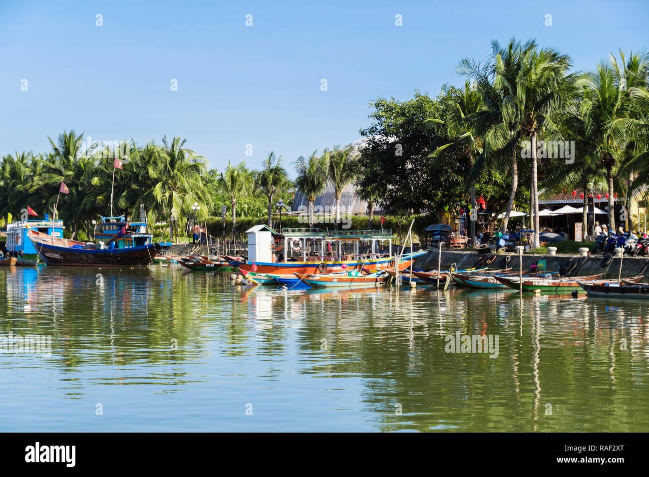 Les bateaux traditionnels sur la rivière Thu Bon et bordée de palmiers dans le vieux quartier de la ville historique. Hoi An, Quang Nam, Vietnam, Asie Photo Stock