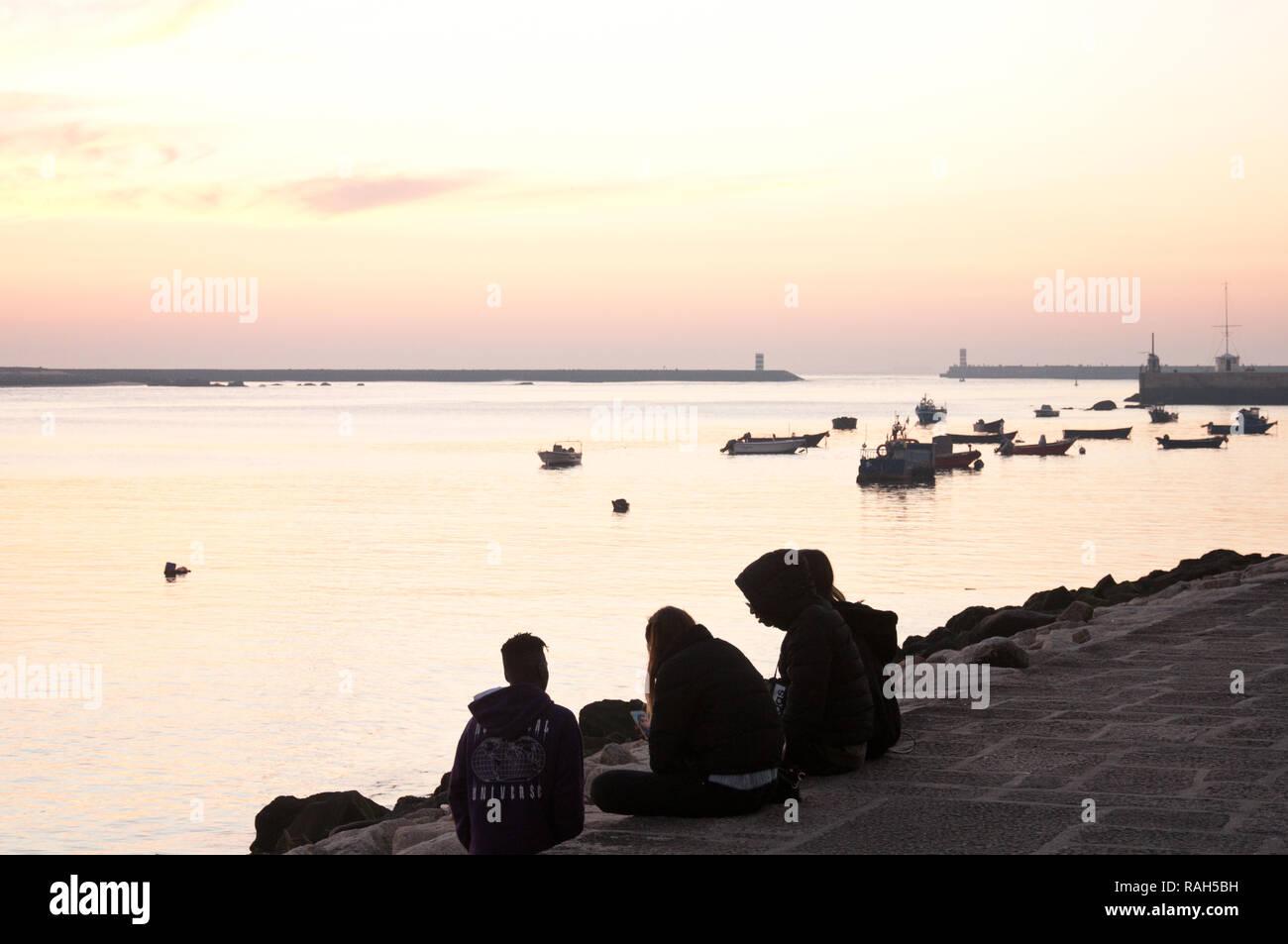 Un groupe de jeunes sur les rives de la rivière Douro à Porto, Portugal Photo Stock