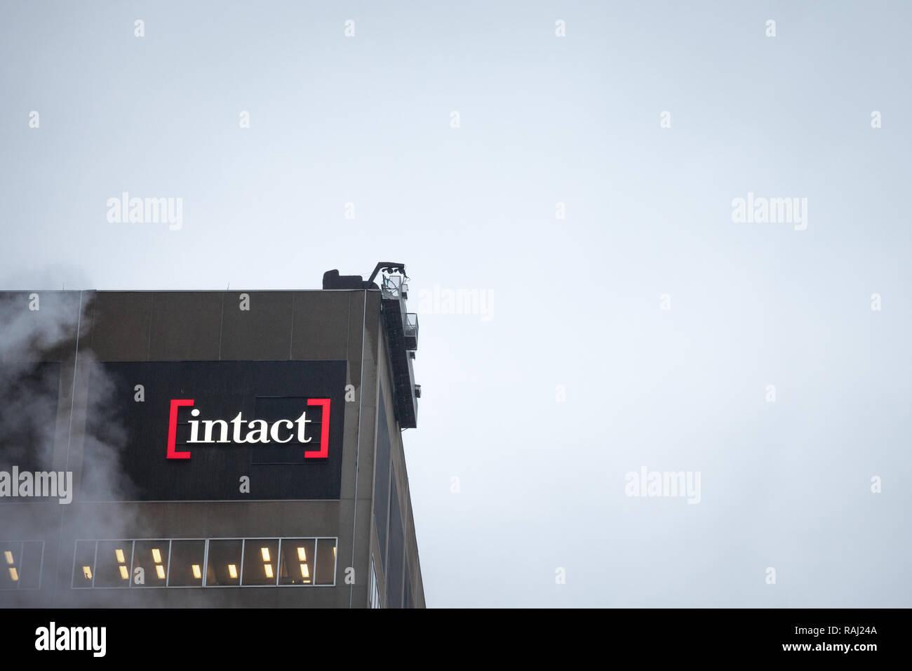 Montréal, Canada - le 5 novembre 2018: Intact financial logo sur un de leurs heaquarters à Montréal, Québec. Intact Assurance est l'un des principaux Canadi Photo Stock