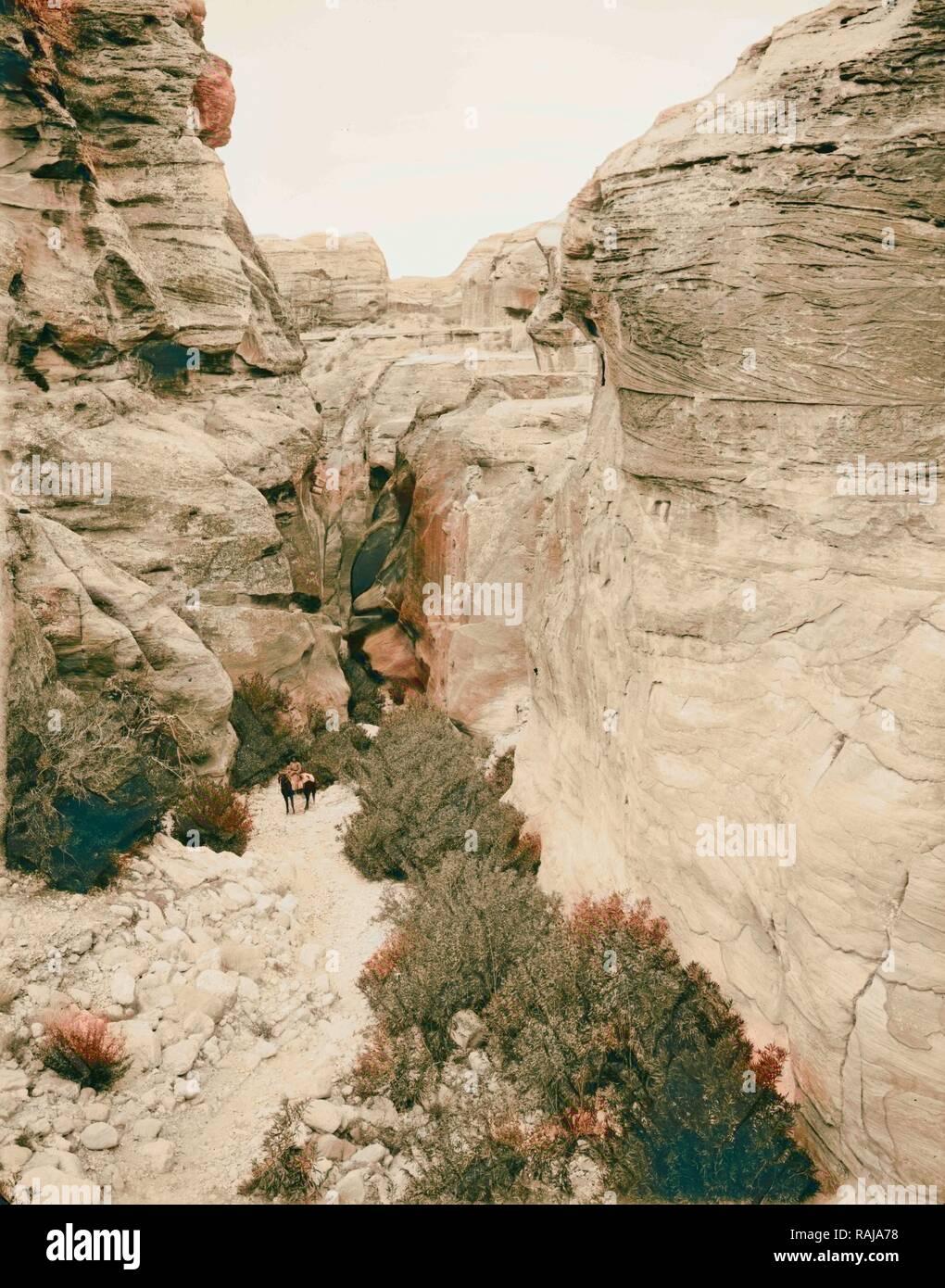 Petra. Bab-Es-Sik, l'entrée de la gorge. 1898, Jordanie, Petra (éteint). Repensé par Gibon. L'art classique avec un repensé Photo Stock