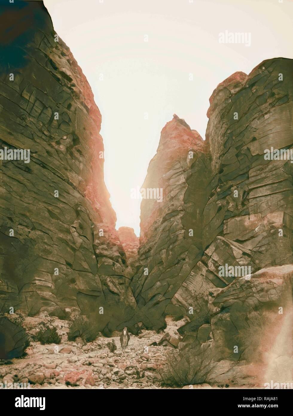 Petra. Entrée Ouest de Es-Sik. 1898, Jordanie, Petra (éteint). Repensé par Gibon. L'art classique avec un style moderne repensé Photo Stock