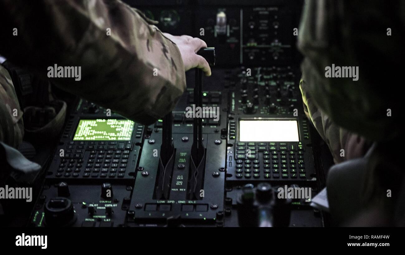Le capitaine Ashton Van Hook, 774e Escadron de transport aérien expéditionnaire C-130J Hercules pilote, prépare pour le décollage d'une mission d'Herat à Hamid-Karzai Aéroport International, l'Afghanistan, le 17 février 2017. Le 774e se fondent sur la polyvalence unique de la C-130 à fournir des capacités de transport aérien tactique pour les machines qui nécessitent souvent la non-standard ou des marchandises et du personnel mouvement. Banque D'Images