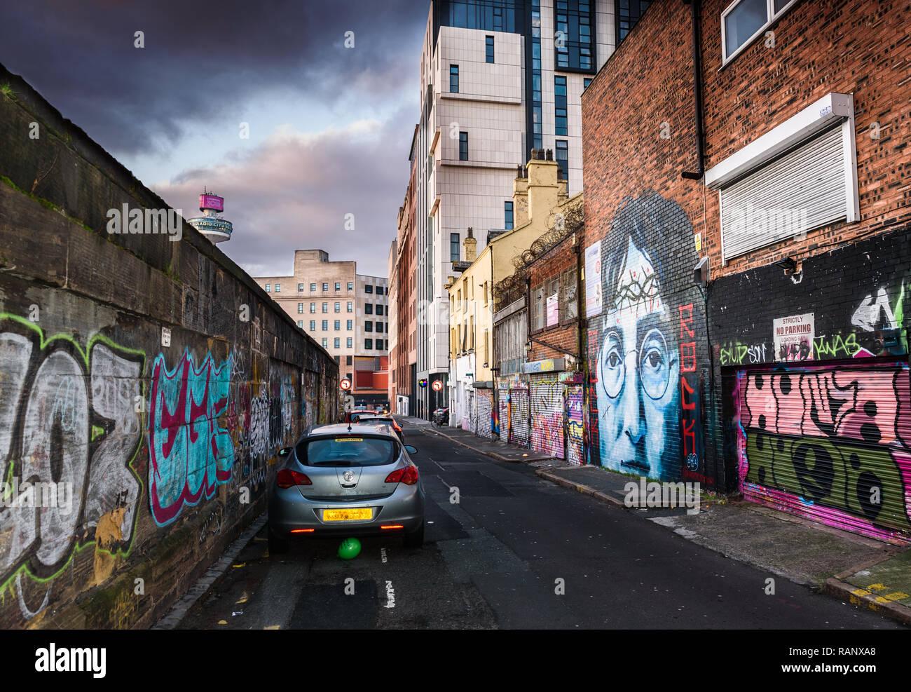 Un moody scène de la ruelle de Cropper Street, Liverpool John Lennon avec une peinture murale et d'autres graffitis. Banque D'Images
