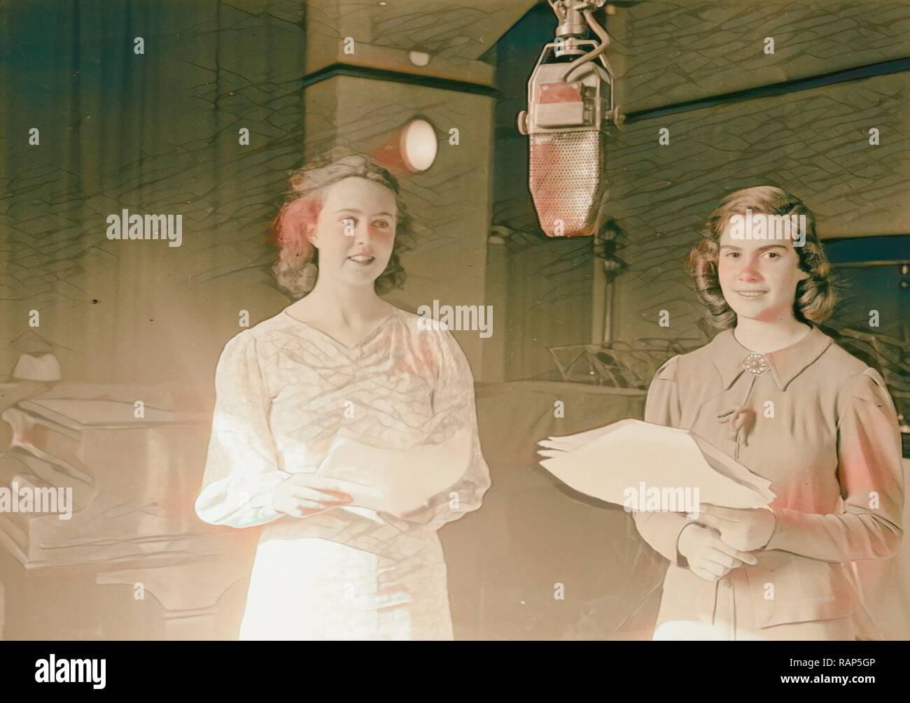 Studio de diffusion English Children's Hour, célèbre son 3e anniversaire. Fran & Lizy dans le Pêcheur de Rêves 1934 repensé Banque D'Images