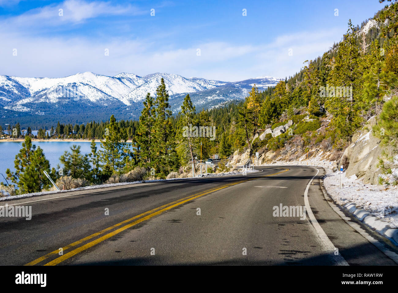 Voyager sur les rives du lac Tahoe sur une journée d'hiver; Sierra montagnes couvertes de neige visible à l'arrière-plan Banque D'Images