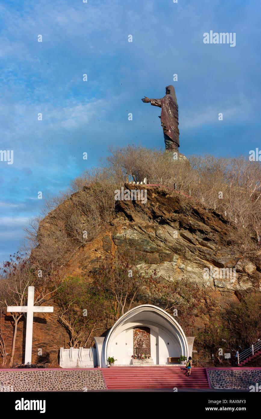 Cristo Rei de Dili, une grande statue de Jésus, donne sur la mer près de la capitale du Timor Leste. Banque D'Images