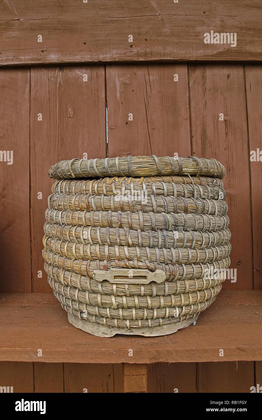 L'apiculture panier en vieux jours Photo Stock