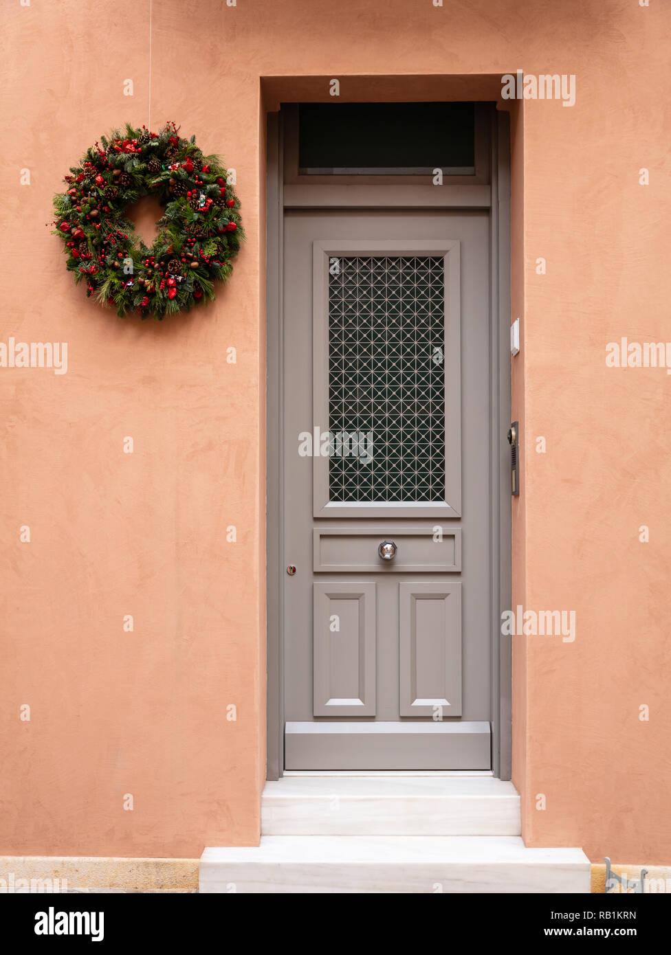 Couronne De Noël Décoration. Porte Du0027entrée En Bois, La Façade De  Lu0027immeuble Résidentiel Dans La Vieille Ville De Plaka, Athènes Grèce.