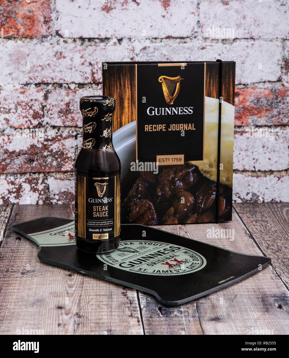 SWINDON, UK - 6 janvier 2019: Guinness , Journal de recette et la sauce à bifteck sur un fond rustique Photo Stock