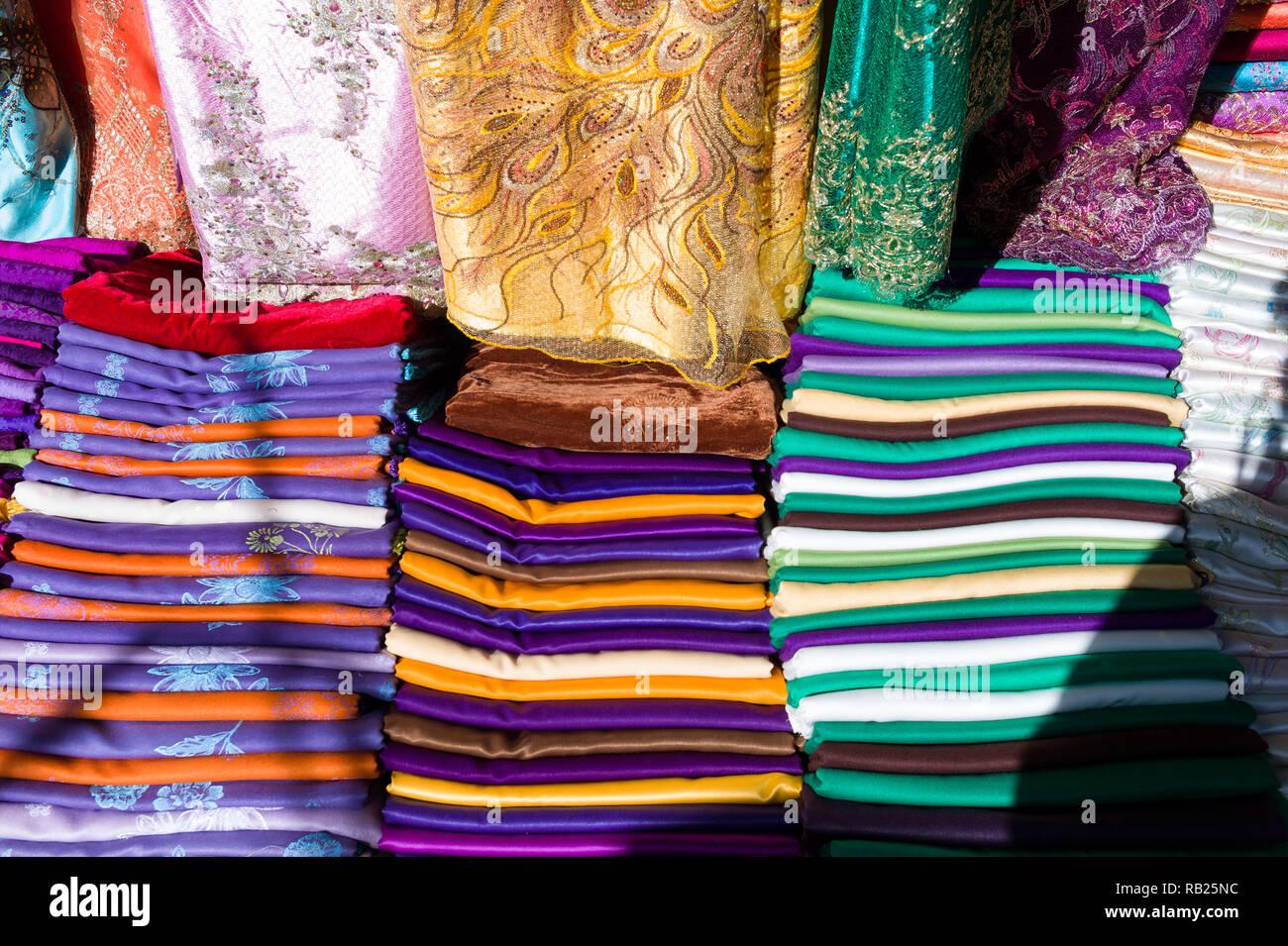 941378aa88be Tissu coloré dans le bazar Banque D Images, Photo Stock  230544424 ...