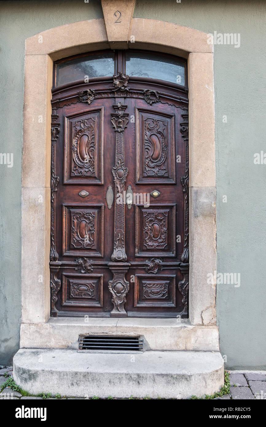 Escalier Dans Maison Ancienne ancienne porte d'un bâtiment historique avec escalier et