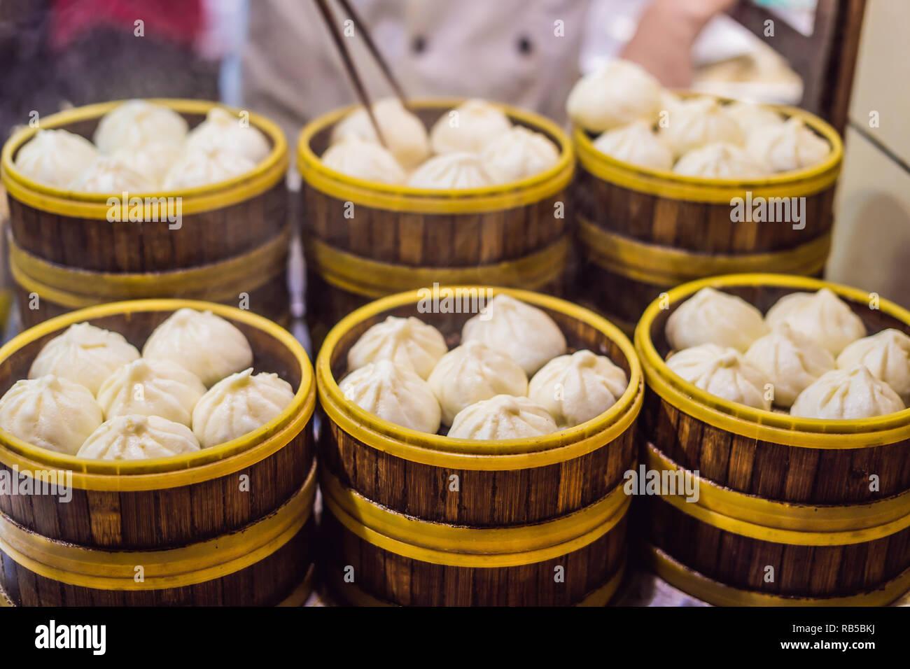 En vente au stand de l'alimentation de rue spécialité chinoise boulettes à la vapeur à Beijing, Chine Banque D'Images