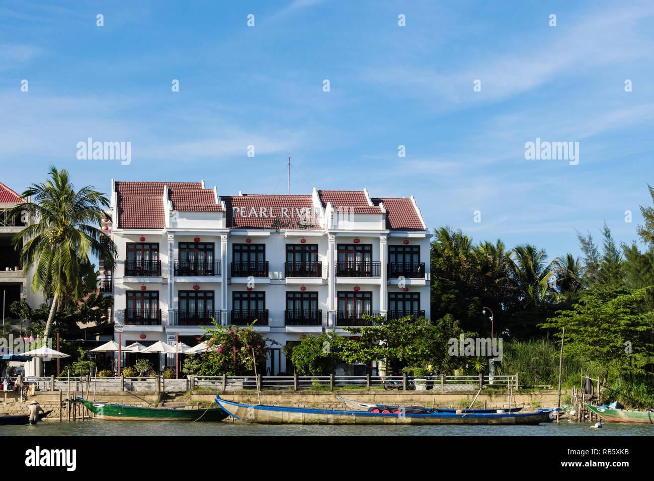 Vue avant du riverside moderne Pearl River Hotel and Spa sur la rivière Thu Bon. Hoi An, Quang Nam Province, Vietnam, Asie. Vu de la rivière Photo Stock
