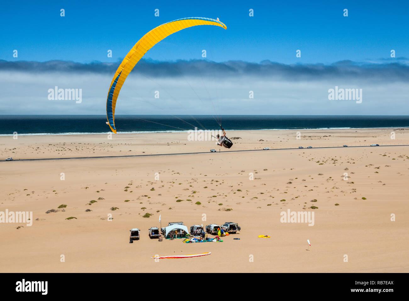 Parachute sur les dunes du désert du Namib, Long Beach, Swakopmund, Namibie Photo Stock